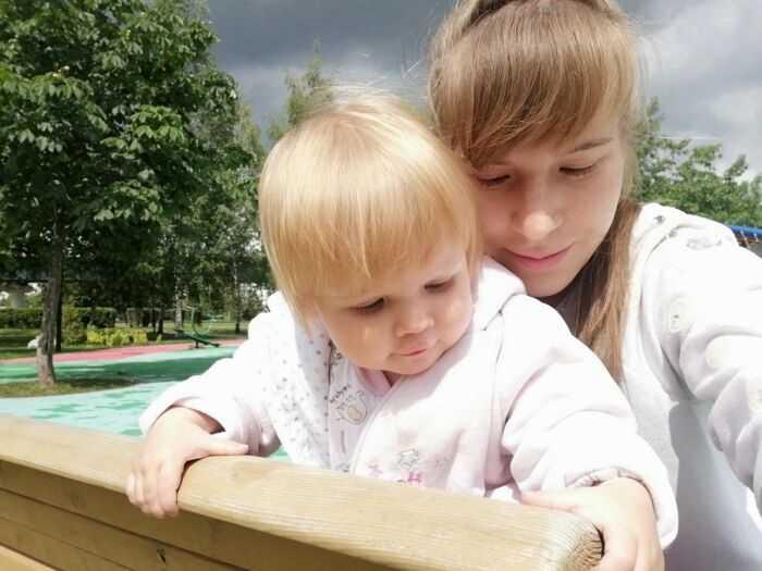 Мать с дочерью.