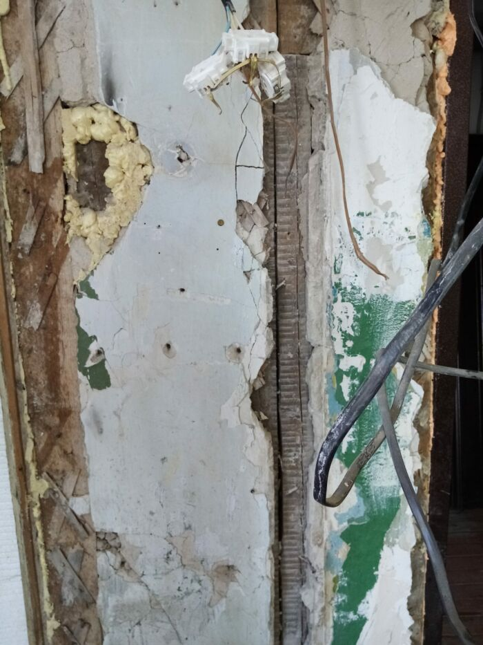Входная дверь,прилегающая стена